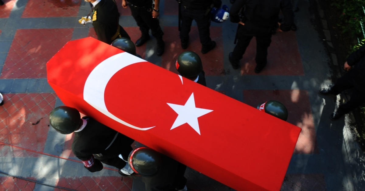 Turkish soldiers carry the coffins of slain soldiers Eyup Colakoglu, as hundreds of people attend the funeral of two Turkish soldiers who were killed in an attack by Kurdish rebels in southeastern Turkey, in Istanbul, on October 21, 2011. Mourning Turkey paid its last respects to 24 soldiers killed by Kurdish rebels on the Iraq border as the Turkish air force pounded rebel camps in northern Iraq.</p>