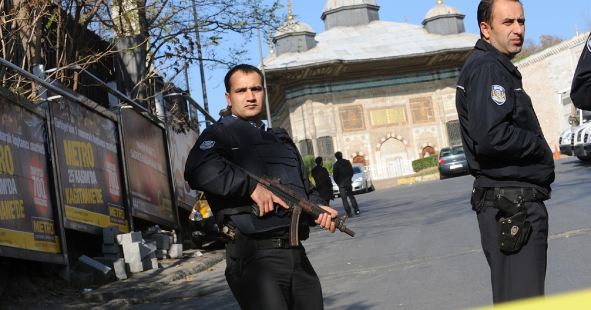 Police stand guard on November 30, 2011, at the scene where a man armed with a shotgun opened fire earlier in the day in a tourist area of Istanbul, wounding two people.</p>