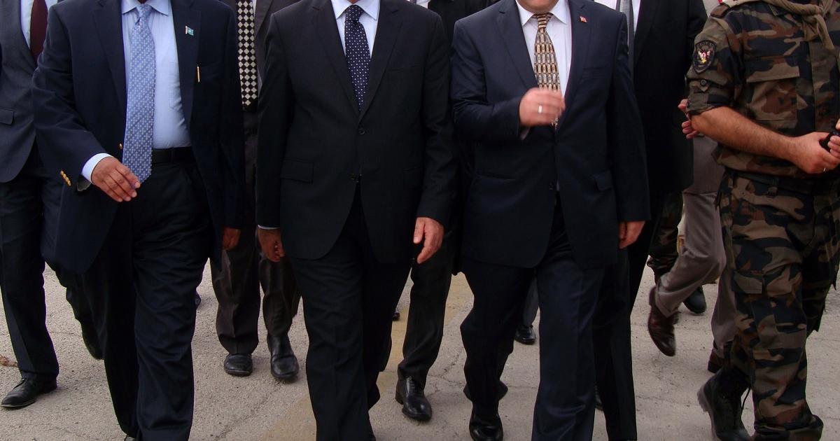 Turkish deputy prime minister Bekir Bozdag (4-L) with Somalia Prime Minister Abduweli Mohamed Ali(2-L) and Turkey ambassador in Somalia, Kani Torun(3-R) walk together on November 26, 2011 at the airport soon after Bozdag arrived in Mogadishu.</p>