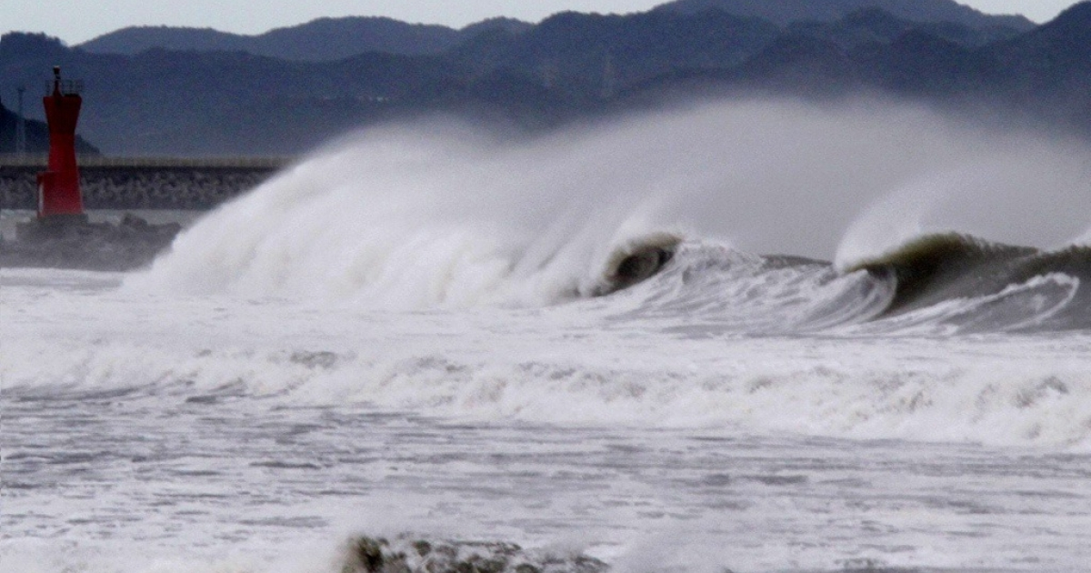 High waves batter a breakwater at Komatsu beach in the city of Tokushima, Tokushima prefecture, in western Japan on September 21, 2011.</p>