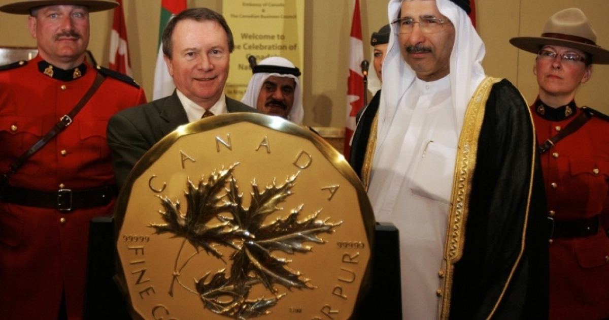 Sultan bin Nasser al-Suwaidi, (2nd R) governor of the United Arab Emirates Central Bank, stands with Ian E. Bennett, (2nd L) president and chairman of the Royal Canadian Mint (RCM), next to the RCM's 100-kg 99.999 percent pure Gold Maple Leaf coin during a reception at the Canadian Embassy in the Emirati capital of Abu Dhabi The coin, valued at one million dollars, is certified by the Guinness Book of World Records as the largest gold coin in the world.</p>