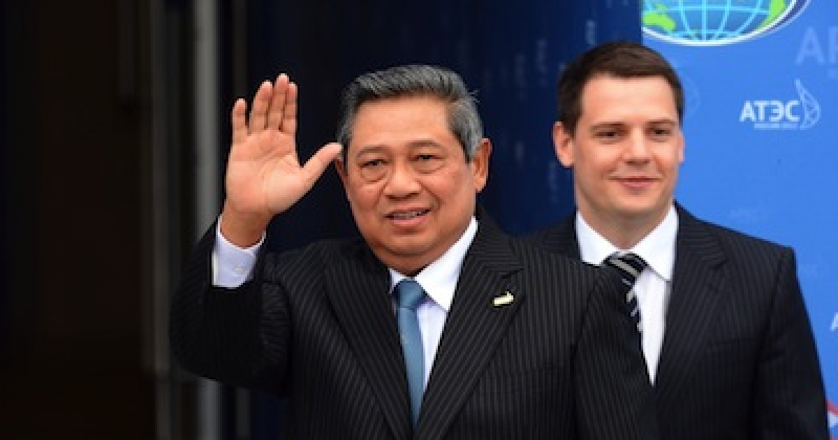 Indonesian President Susilo Bamabang Yudhoyono waves as he arrives to attend the Asia-Pacific Economic Cooperation (APEC) summit in Russia's far eastern port city Vladivostok on September 8, 2012.</p>