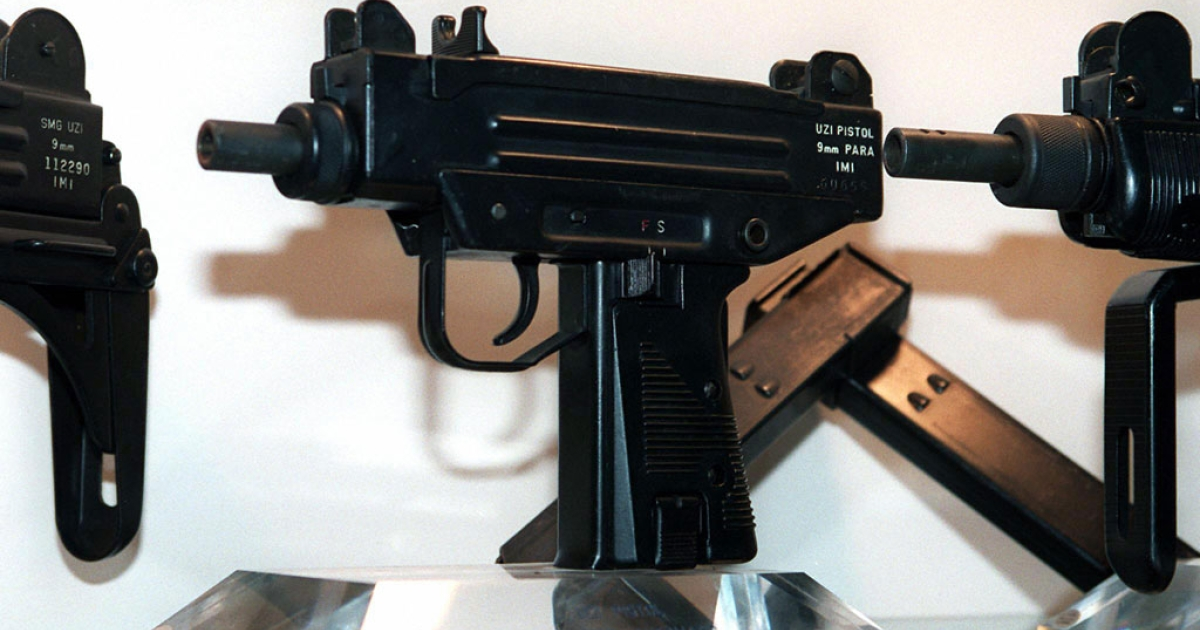 An Uzi pistol (C) is displayed next to the larger Uzi submachine gun models, at the Israeli Military Industries (IMI) in Ramat Hasharon 11 November, 1997.</p>