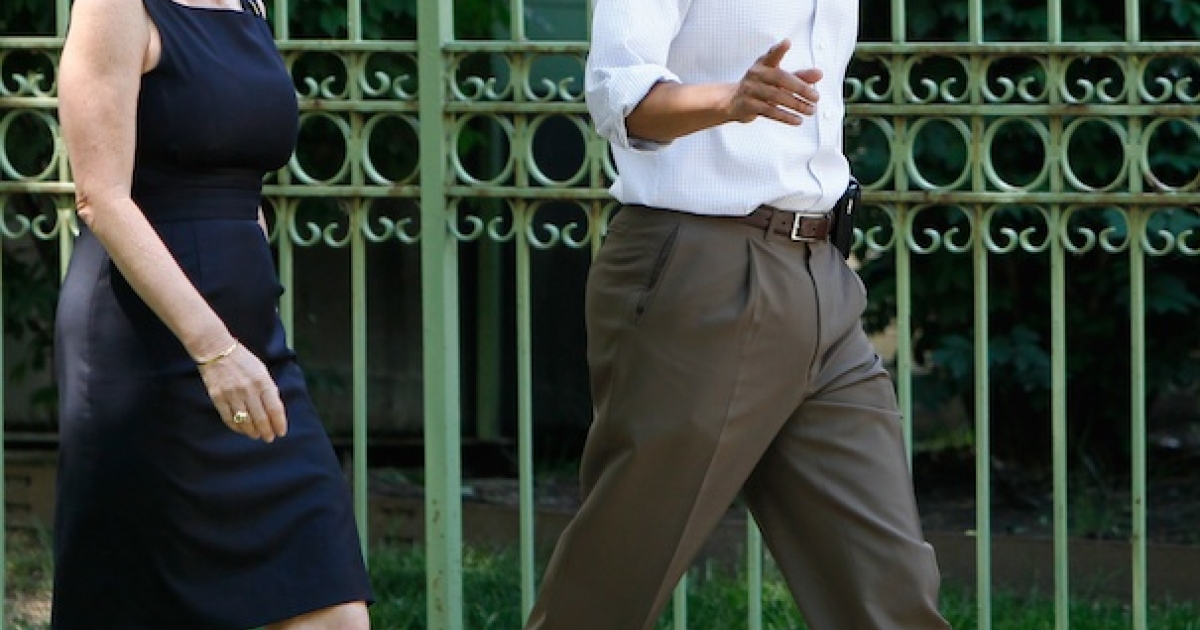 President Barack Obama walks with his senior adviser Valerie Jarrett on June 2, 2012.</p>