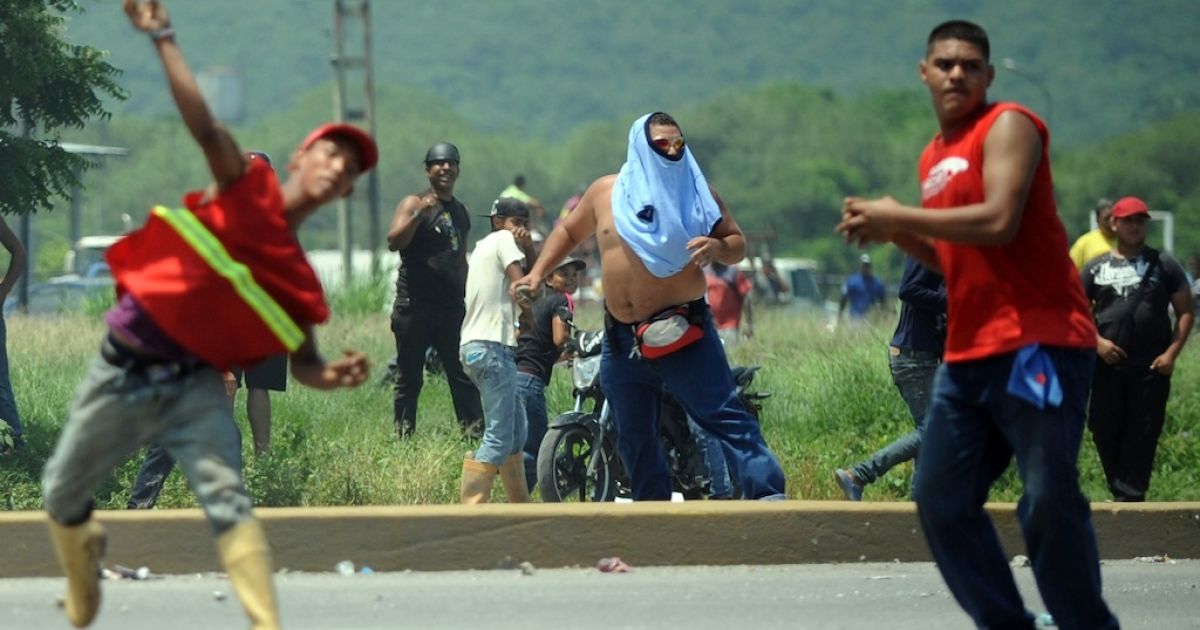 Supporters of Hugo Chavez and Henrique Capriles clashed in Puerto Cabello today ahead of a campaign rally by Capriles.</p>