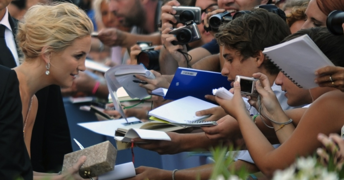 Actress Kate Hudson signs autographs upon arrival for the opening ceremony of the 69th Venice film festival on August 29, 2012 at Venice Lido. 'The reluctant fundamentalist' by Indian film director Mira Nair will open the 69th Venice film festival, the cinema mostra.</p>