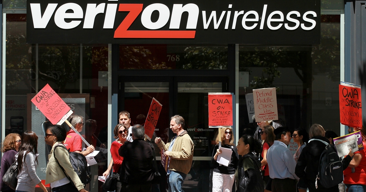 Union workers picket outside a Verizon Wireless store in San Francisco, Calif., on Aug. 9, 2011.</p>