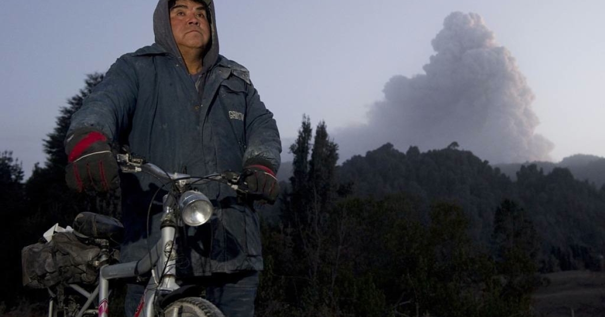 A Chilean man stands by to watch a cloud of ash from the Puyehue volcano near Osorno, 870 km south of Santiago, Chile.</p>