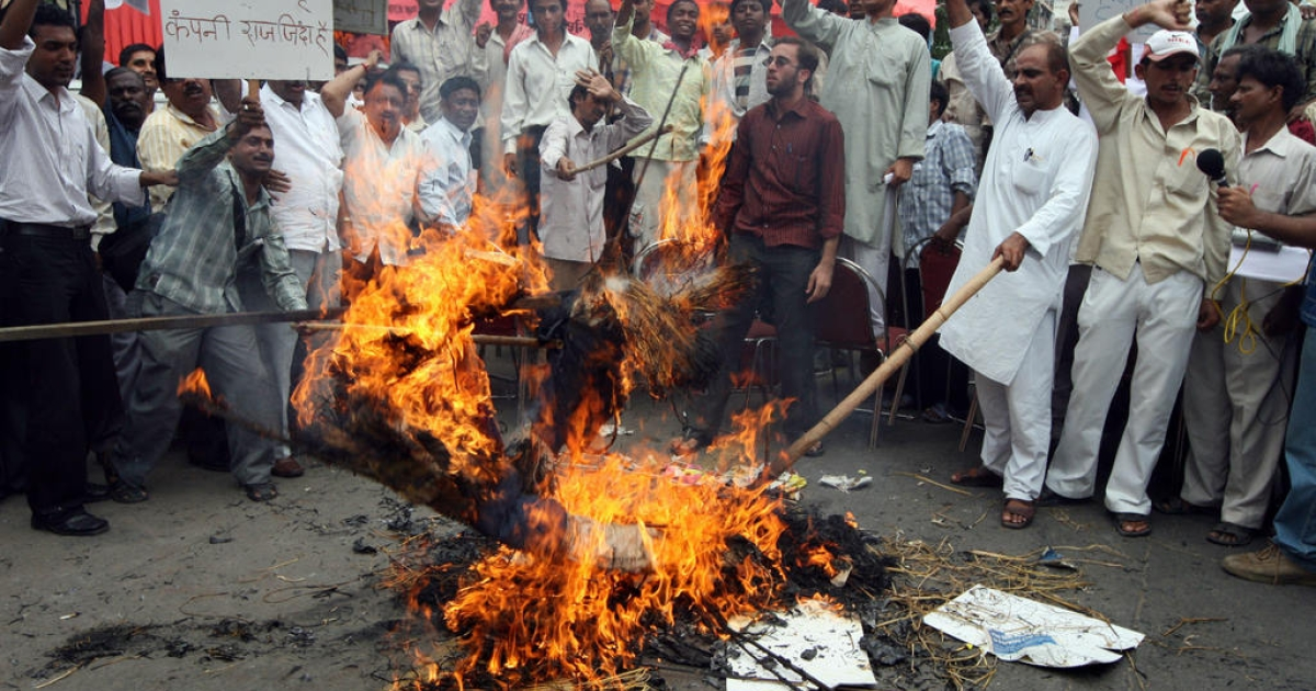 Indian protestors shout slogans as they burn an effigy symbolizing Walmart during a protest organised by traders in New Delhi, 09 August 2007.   Dozens of protestors  demanded that US retail giant Wal-Mart not be allowed into India.  Indian telecom firm Bharti Enterprises and US-based retail giant Wal-Mart announced 06 August 2007, a 50:50 joint venture for a new chain of wholesale stores in India to serve small retail shops.</p>