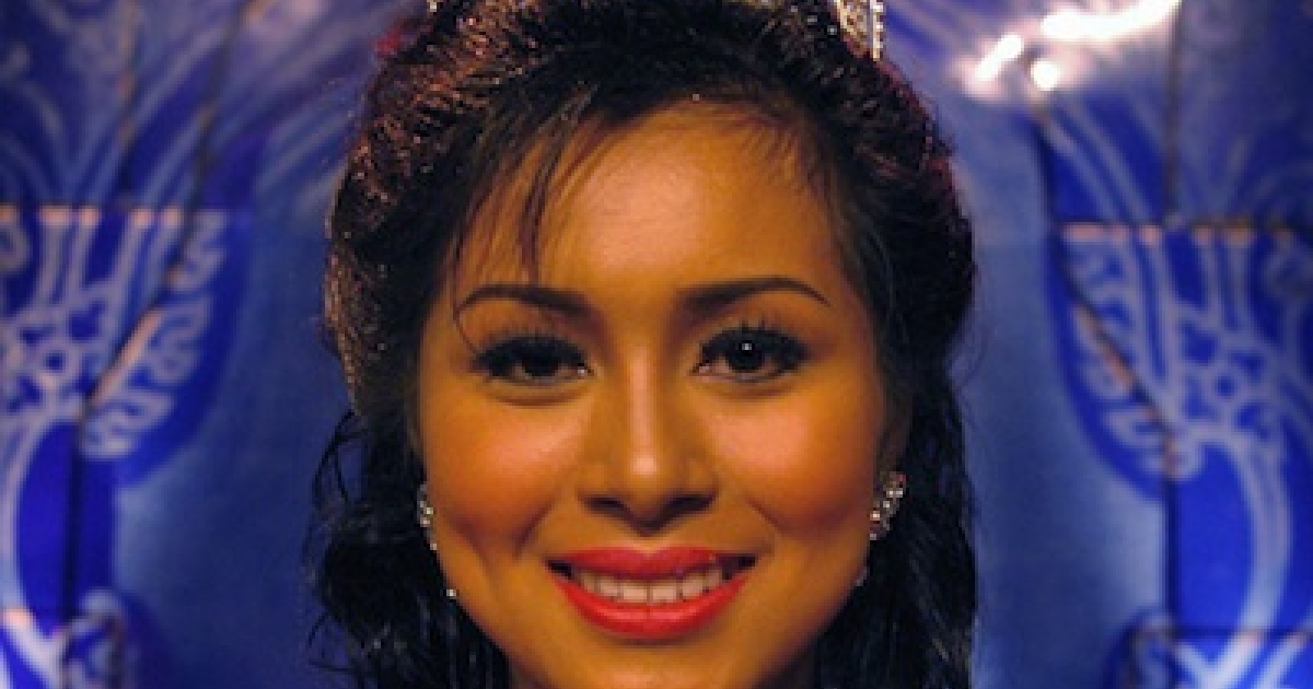 En Leaktepy, 17, smiles after being crowned as the winner in the Super Girl beauty contest in Phnom Penh, 01 October 2005.</p>