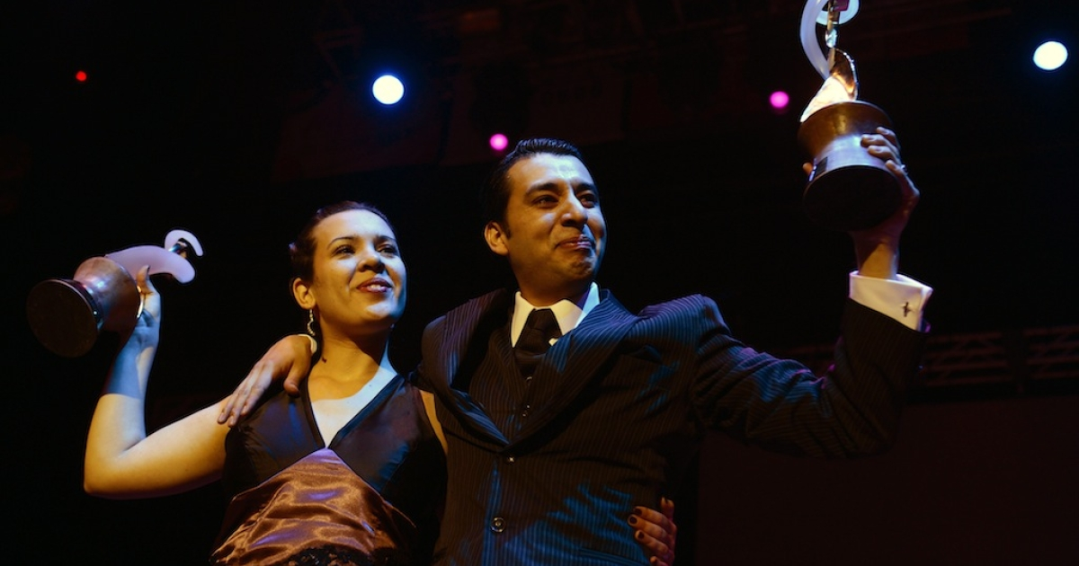 Argentina's Facundo de la Cruz Gomez Palavecino and Paola Sanz hold their trophies after winning the Salon Tango category on August 27, 2012 at the Tango World Championship in Buenos Aires.</p>