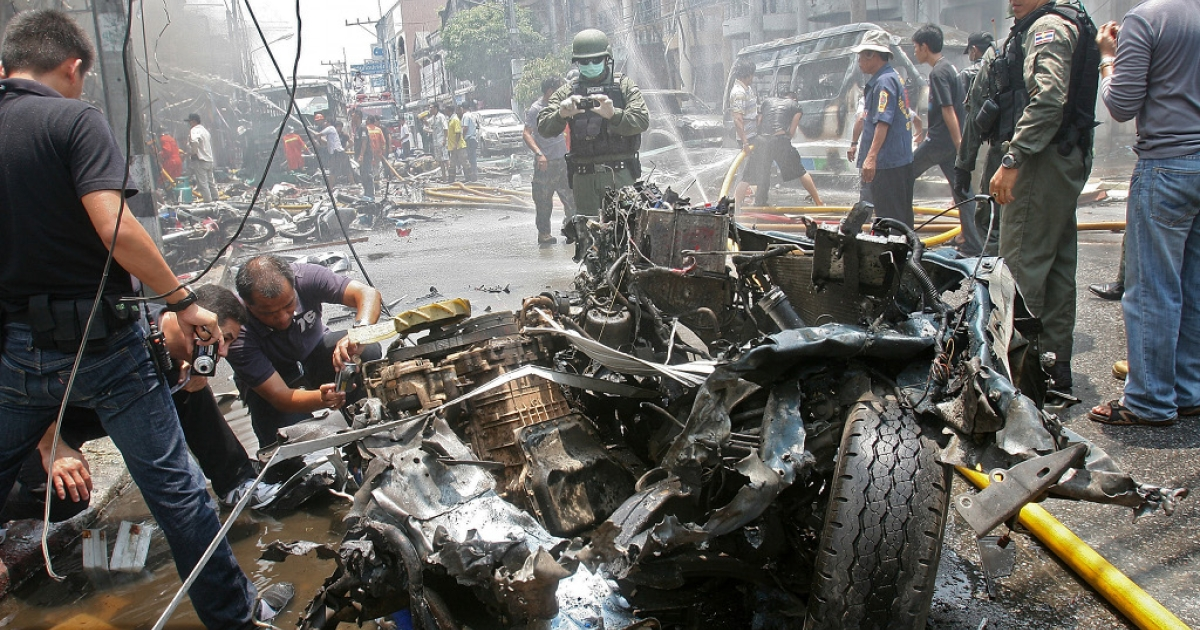 A bomb attack killed at least six people today in Sai Buri in Pattani province in the south of Thailand, where separatists bomb attacks are frequent. Here, Thai bomb squad members attend the scene of a car bomb blast in nearby Yala province, on March 31, 2012.</p>