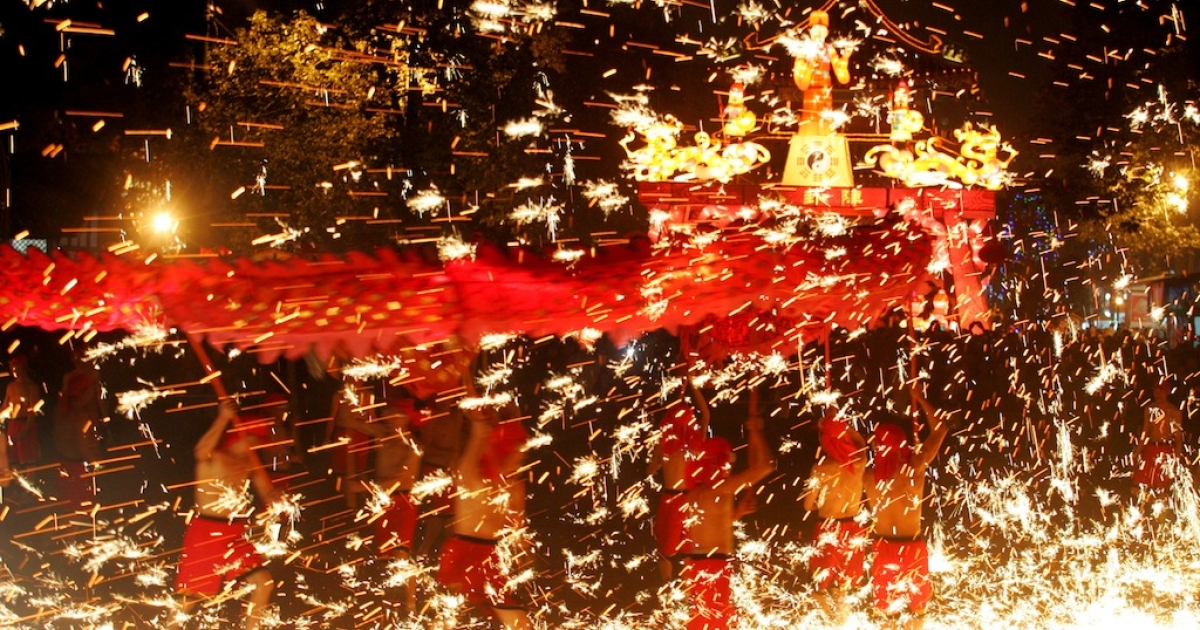 Entertainers perform the Fire Dragon at the Chengdu Giant temple fire, part of the Chinese Lunar New Year celebrations on February 17, 2011 in Chengdu, China</p>