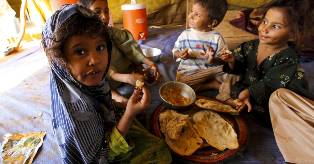 Shamah as Saadi eats bread and potato stew with her brothers and sisters in Mazrak 1, a camp for Yemenis displaced by the war between government forces and the Huthi rebels.</p>