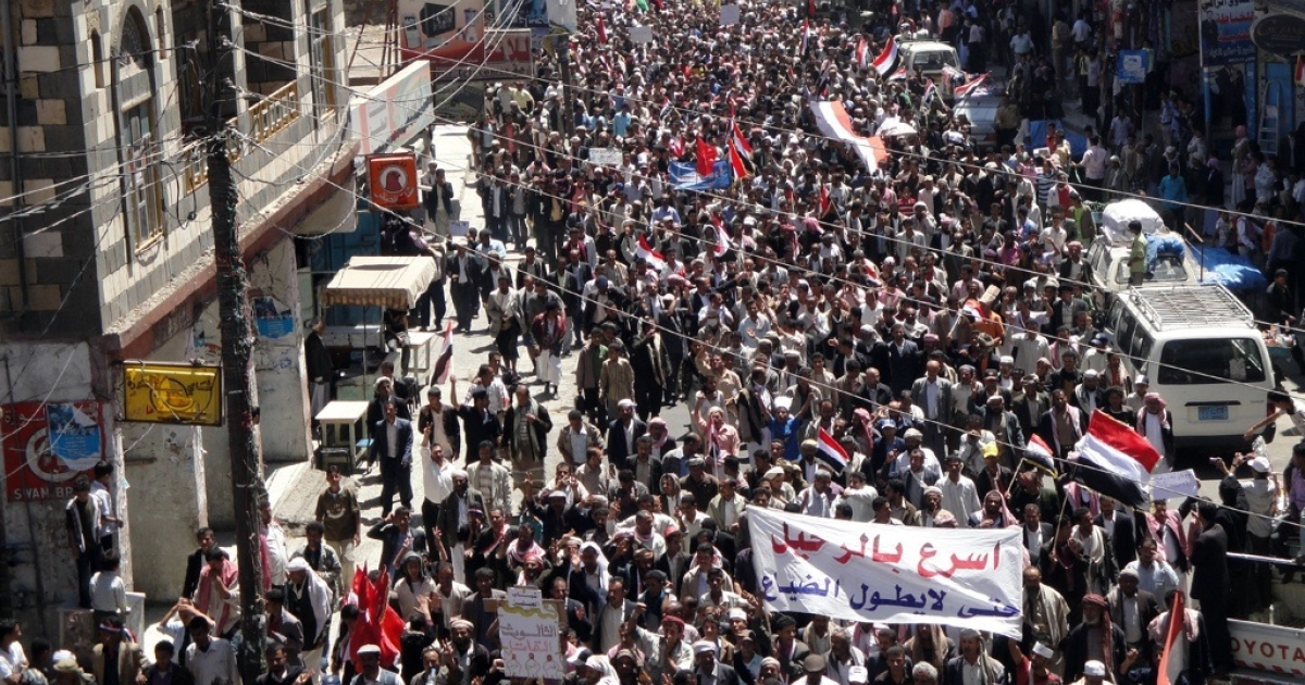 Hundreds of people demonstrate in Yemen's southern Ibb province to show their support after Yemeni security forces shot dead 17 anti-regime demonstrators and wounded scores more on the second day of lethal clashes in Taiz on April 4, 2011.</p>