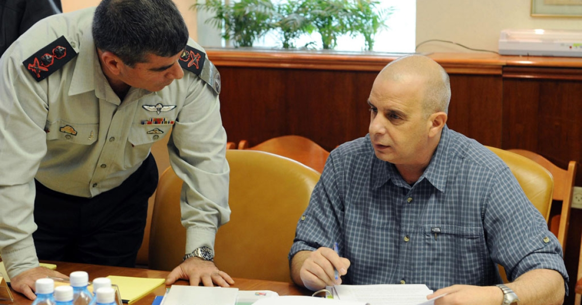 Former Shin Bet security chief Yuval Diskin, right, speaks to Chief of Staff Lt. Gen. Gabi Ashkenazi during a special cabinet meeting at the Prime Minister's office March 17, 2009 in Jerusalem.</p>
