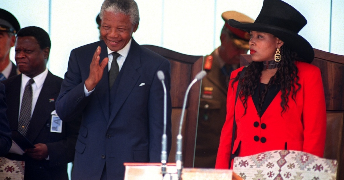 A file photo taken on May 10, 1994 shows Nelson Mandela (L) waving at the crowd during his inauguration as president at the Union Building in Pretoria next to his eldest daughter, Zenani Mandela-Dlamini. She has now been named South African ambassador to Argentina.</p>