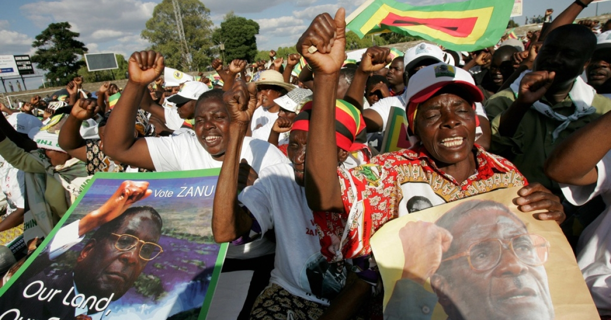 Supporters of Zimbabwe President Robert Mugabe and leader of the Zimbabwe African National Union - Patriotic Front party dance at Mugabe's campaign rally in Harare on March 28, 2008.</p>