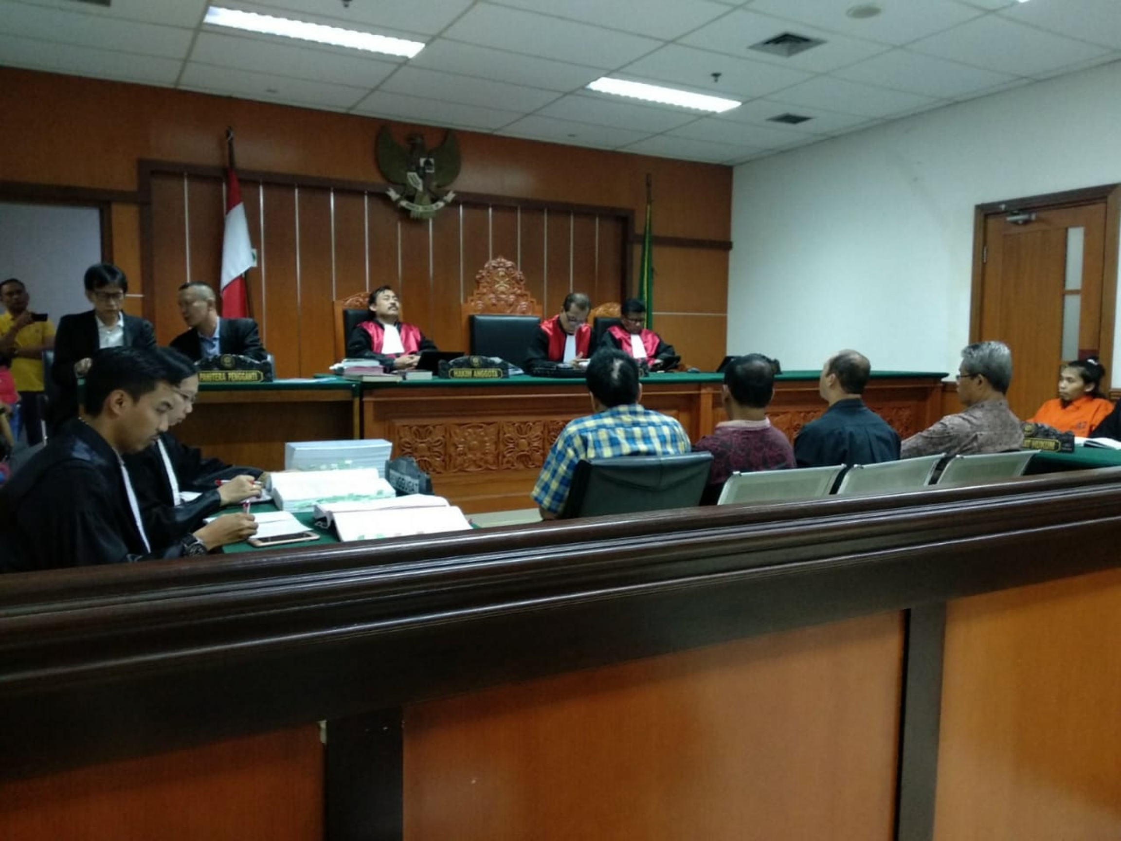 Courtroom scene with four witnesses and judge
