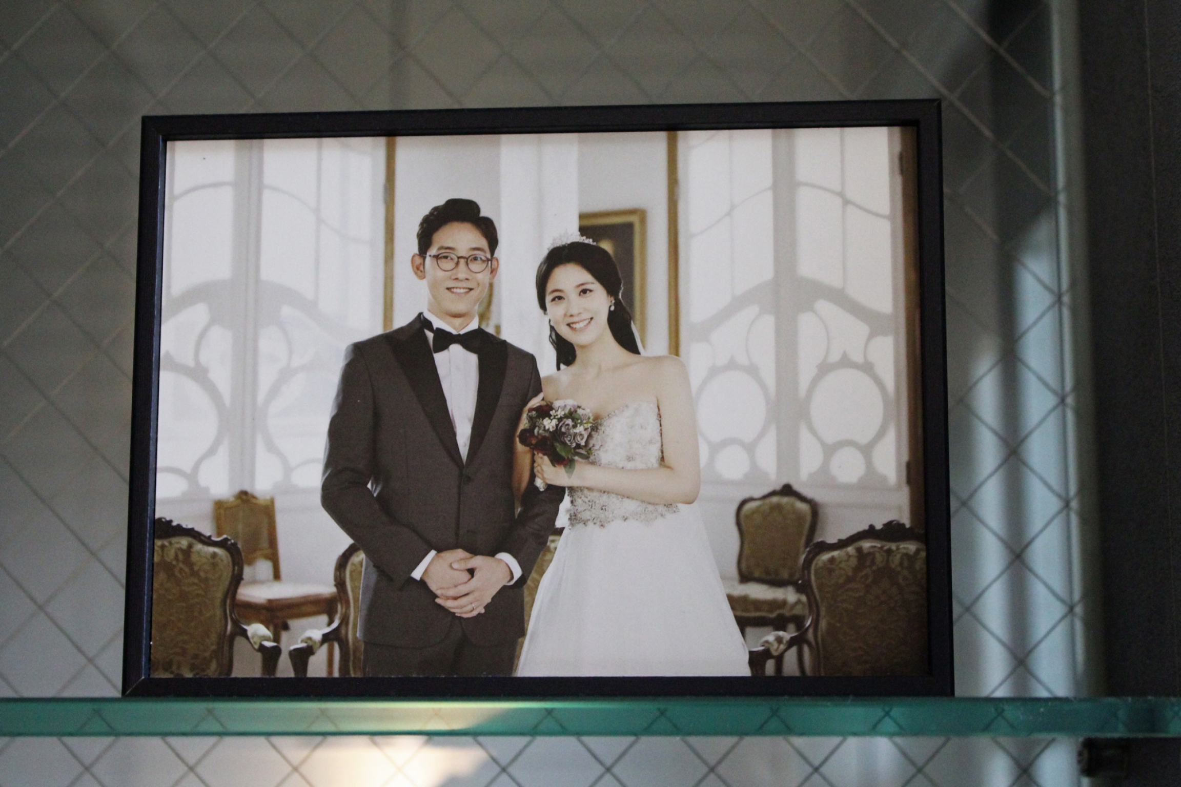 A wedding photo of a Korean couple
