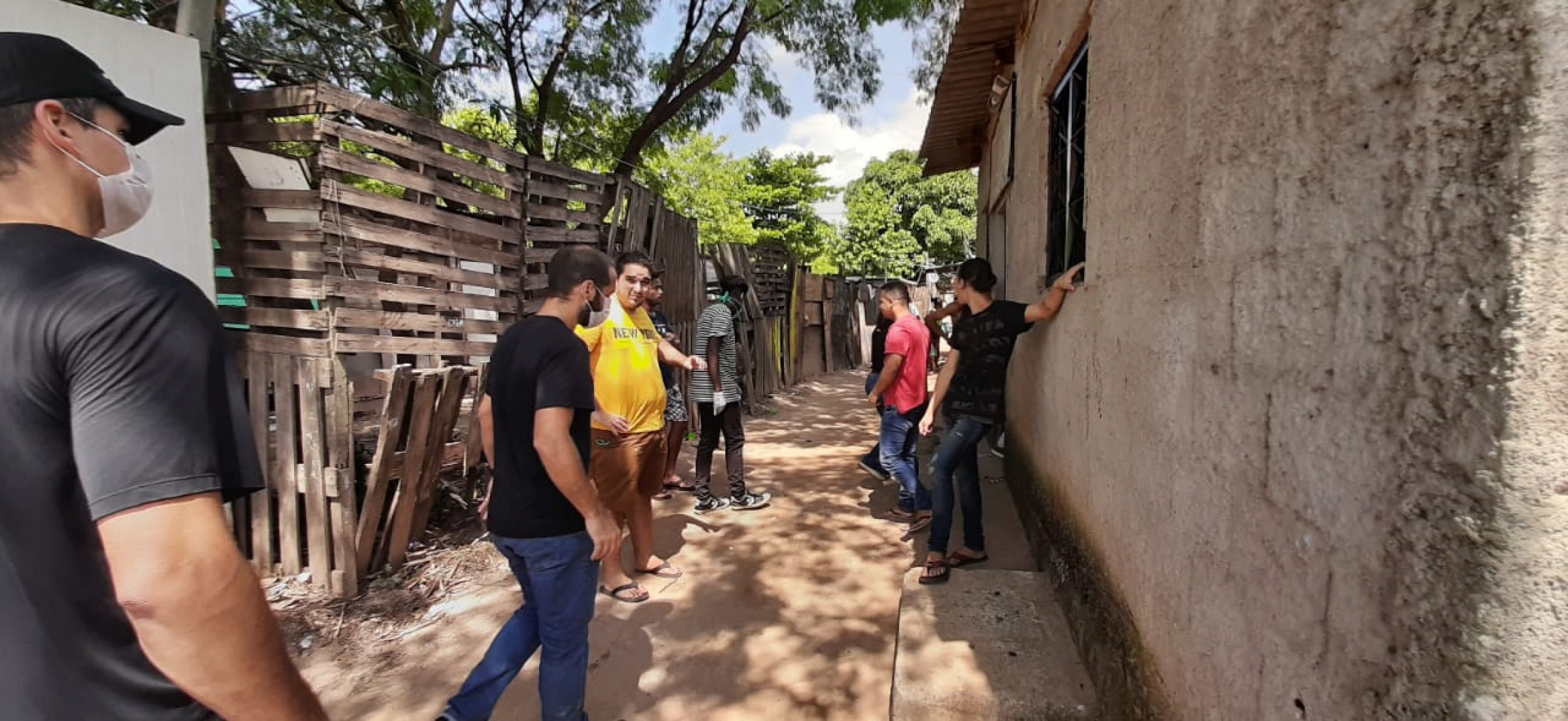 Many residents in vulnerable Brazilian communities are afraid not only of the coronavirus, but of simply surviving and not having enough to eat. A delivery of food was made Sundayin Parque das Missoes.