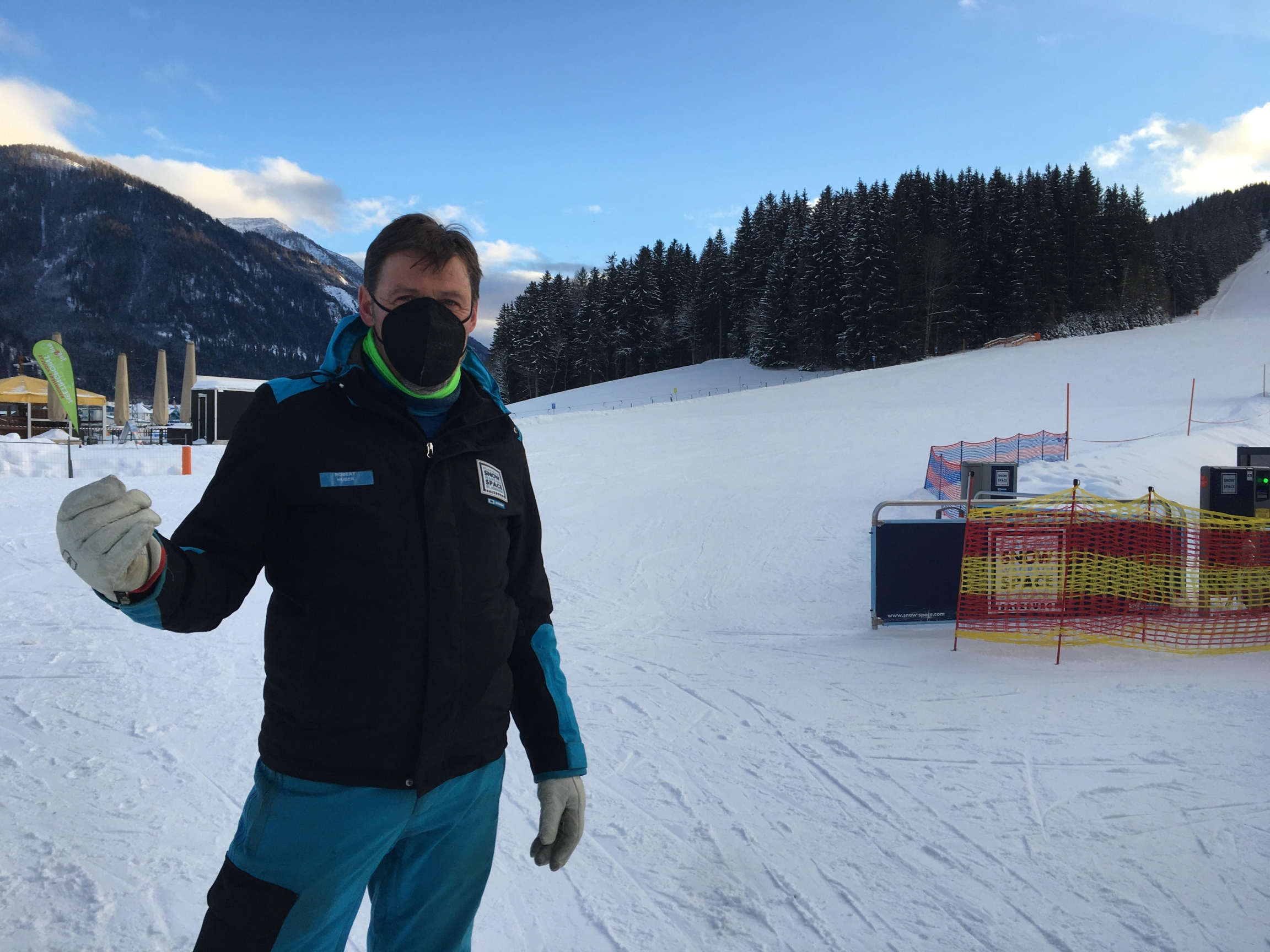 Chair lift operator Huber says the Flachau resort was well prepared for the season, and it's a pity that so few people can enjoy the sport, fresh air, and sunshine.