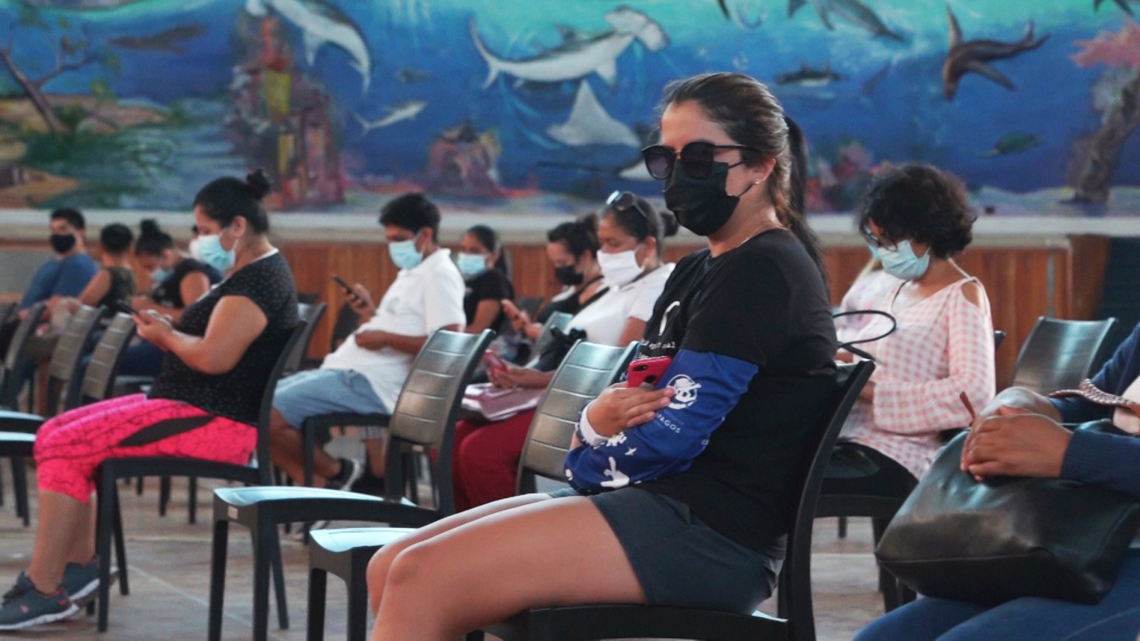 Hundreds of people went to a basketball gym in Puerto Ayora to get their first dose of the Pfizer vaccine.