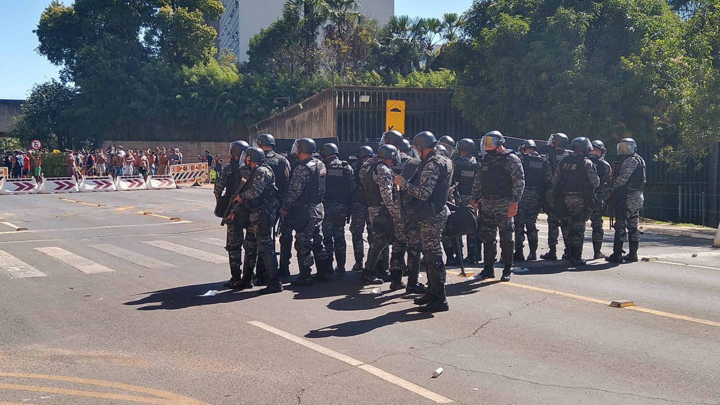 """Atmosphere remains tense in front of the chamber's annexes. Indigenous peoples were prevented by riot police from following the vote on PL-490, which impacts their lives. """"We would rather be in our land,""""shout leaders."""
