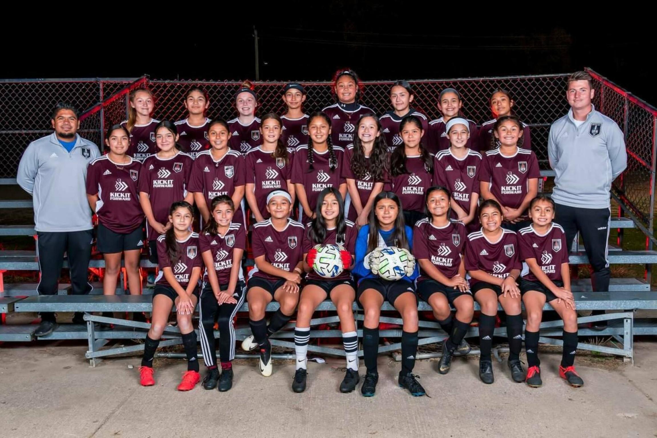 Jaime Leiva poses for a photo with his United Fútbol Academy team