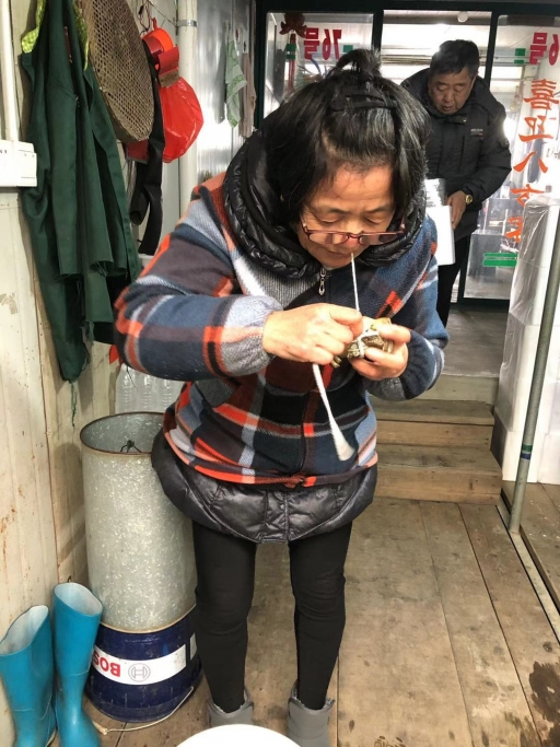 Wu Quanying wrapping a hairy crab