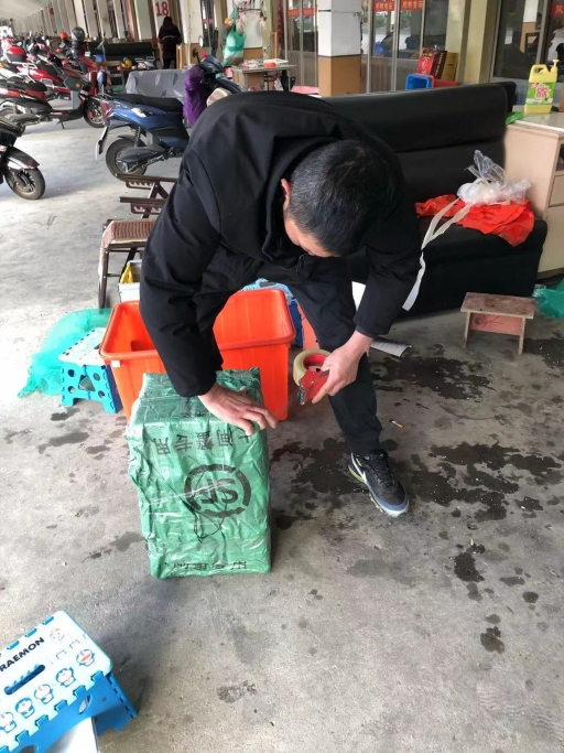 Song Zhenhua packaging up boxes of hairy crab for shipment.