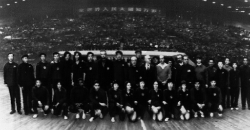 A black and white photo of two pingpong teams from US and China, 1971.