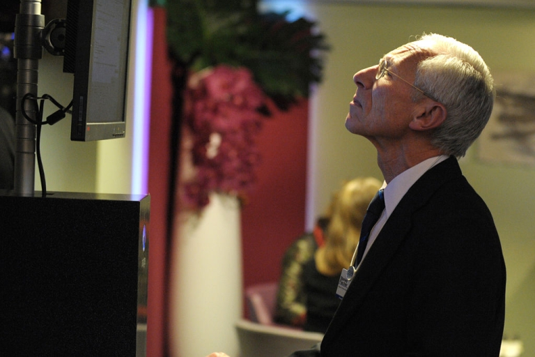 <p>Stanley Fischer, governor of the Central Bank of Israel looks at a computer screen at the 2012 World Economic Forum meeting on January 27, 2012 in Davos. More than 2,600 businessmen, politicians, leaders of non-governmental organisations or scientists and hundreds of journalists pack the resort each year for the World Economic Forum.</p>