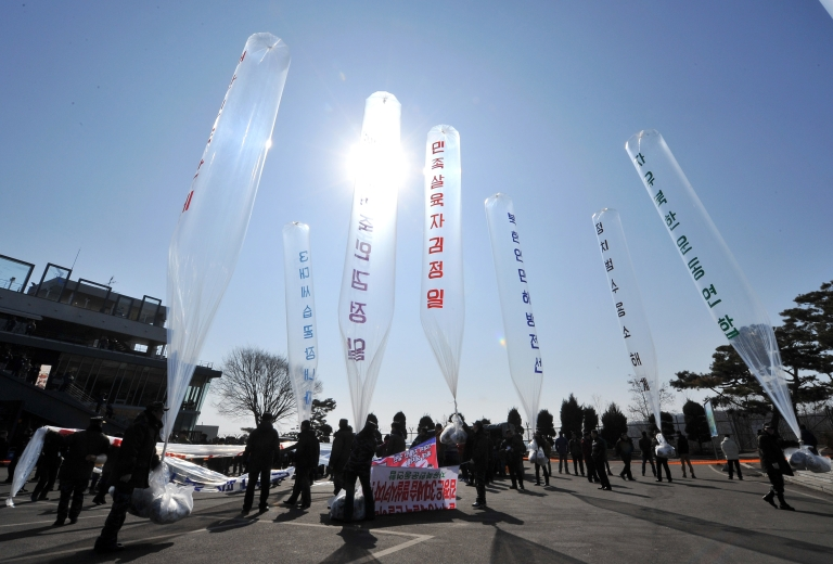 <p>South Korean activists prepare to release balloons carrying anti North Korean leaflets at Imjingak peace park, a tourist site near the inter Korea border, in Paju on February 16, 2012.</p>