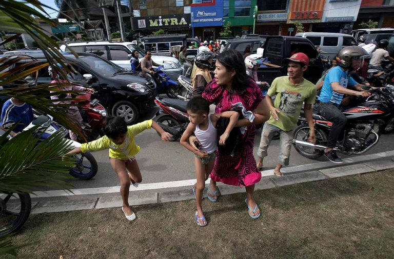 <p>Acehnese people run shortly after a powerful earthquake hit western coast of Sumatra in Banda Aceh, Indonesia on April 11, 2012. A massive earthquake struck off Indonesia's Sumatra island, US and Indonesian monitors reported, prompting an Indian Ocean-wide tsunami alert.</p>