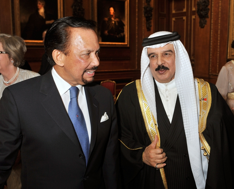 <p>Brunei's Sultan Hassanal Bolkiah (L) talks to Bahrain's Crown Prince Salman bin Hamad al-Khalifa during a reception in the Waterloo Chamber at Windsor Castle.</p>