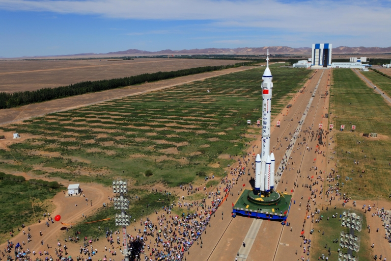 <p>A photo taken June 9, 2012 shows the Shenzhou-9 spacecraft and its carrier rocket been moved to the launch platform at the Jiuquan Satellite Launch Centre in northwest China's Gansu province.</p>
