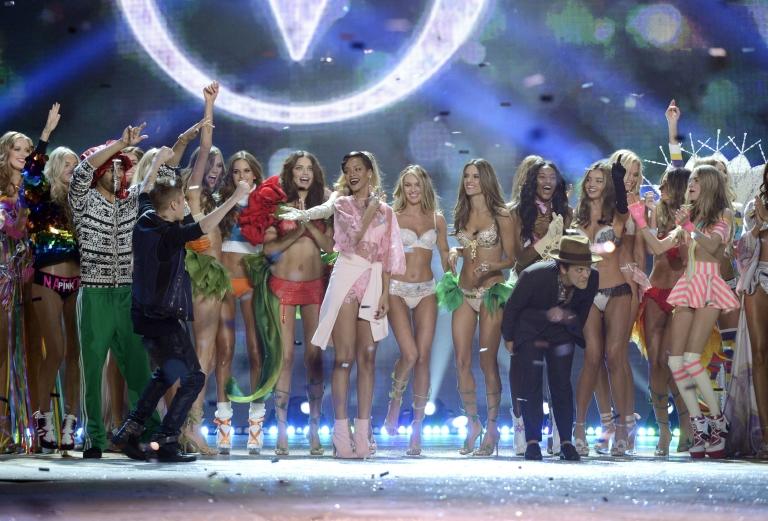 <p>A group shot of the entire Victoria's Secret fashion show cast. Who is your favorite VS model?</p>