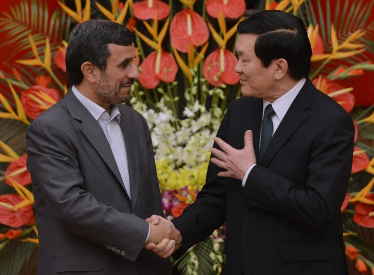 <p>Visiting Iranian President Mahmoud Ahmadinejad (L) talks with his Vietnamese counterpart Truong Tan Sang during a welcoming ceremony at the presidential palace in Hanoi on November 9, 2012.</p>
