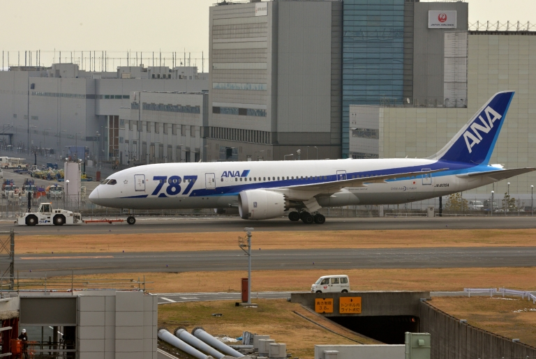 <p>An All Nippon Airways' (ANA) Boeing 787 dreamliner is pulled by a towing tractor at Tokyo's Haneda airport on January 16, 2013.</p>