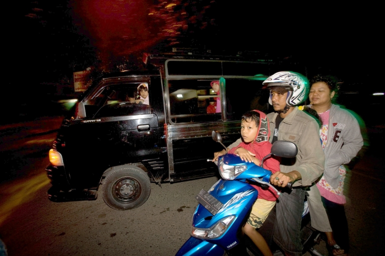 <p>Families flee on motorcycles and cars to higher grounds in the capital Banda Aceh following an earthquake that struck off Indonesia's Aceh province early January 22, 2013, killing an 8-year old girl and injuring others.</p>