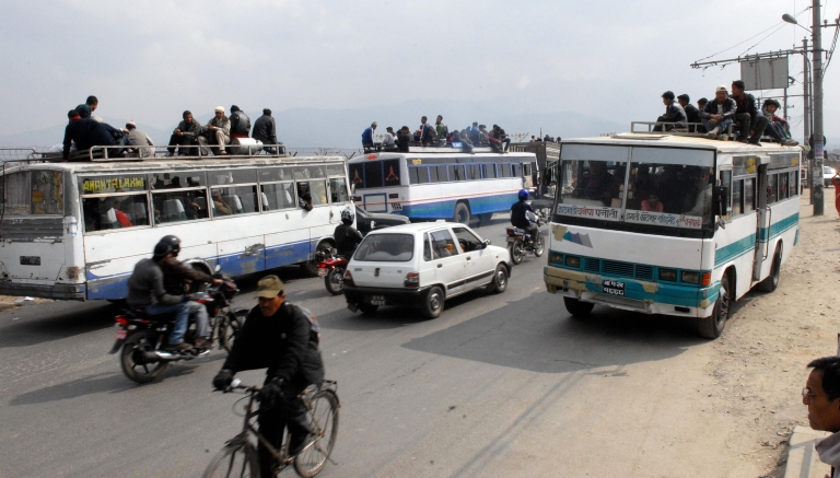 <p>Nepalese commuters travel atop of the buses along Arniko Highway in Kathmandu, February 20, 2008.</p>