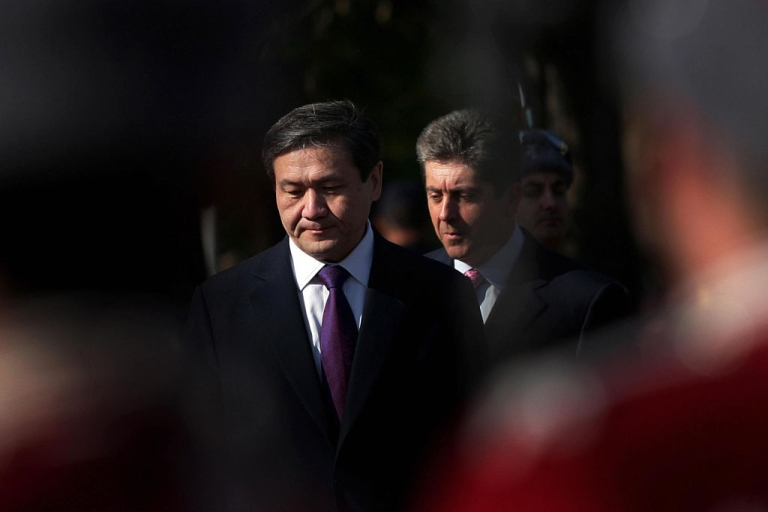 <p>Mongolian President Nambaryn Enkhbayar (L) and his Bulgarian counterpart Georgi Parvanov(R) are pictured amongst Bulgarian honour guards during an official welcoming ceremony in Sofia on October 9, 2008.</p>