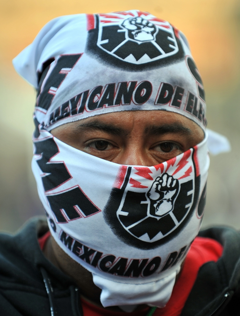 <p>An electricity worker takes part in a protest of former workers of the electric supply agency 'Luz y Fuerza del Centro' against the closure of the state-run power company  on November 11, 2009. Some 44,000 active workers and 22,000 retirees were affected by the closure by presidential decree of Luz y Fuerza, which served more than one fifth of the country.</p>