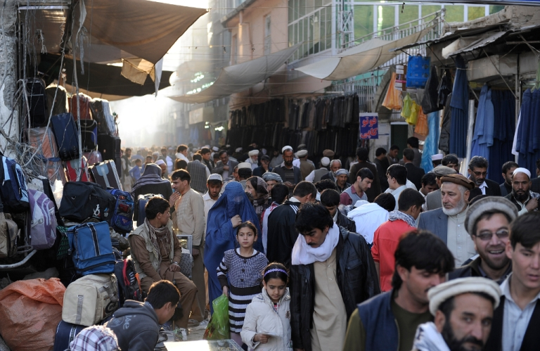 <p>Afghan shoppers throng the Mandave main market in downtown Kabul on October 23, 2012.</p>