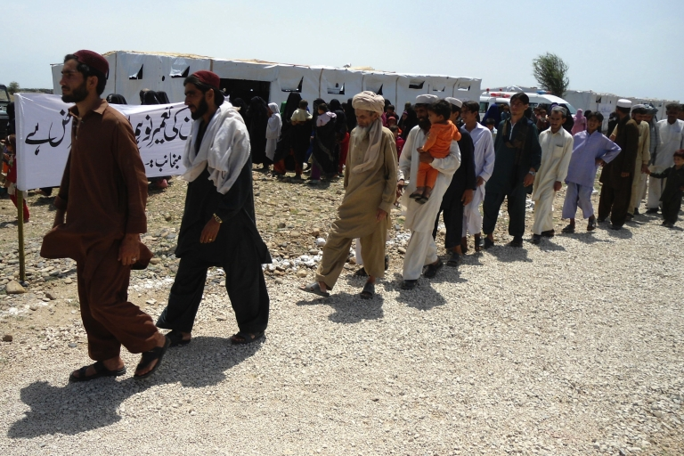 <p>Pakistani tribesmen march towards transport upon their return to homeland in Jandola, about 20 miles from Tank on April 30, 2011.</p>