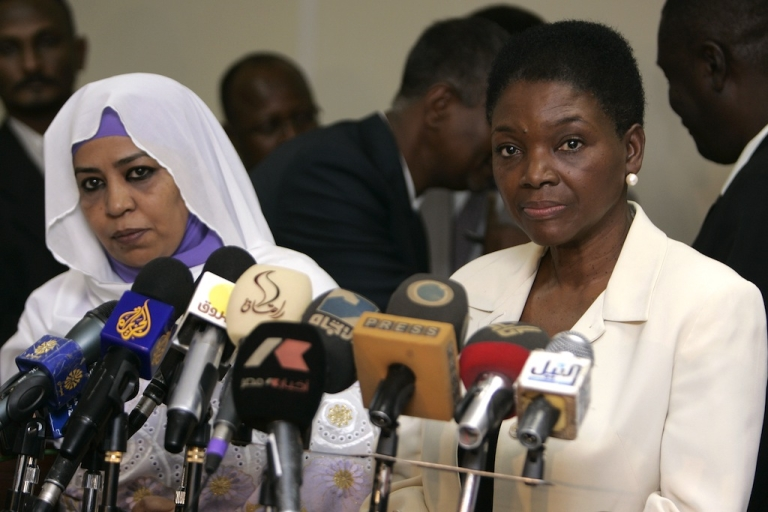 <p>United Nations humanitarian chief Valerie Amos (R) holds a joint press conference with Sudanese Social Welfare Minister Amira al-Fadel Mohamed in Khartoum on January 4, 2012. Foreigners are not allowed to distribute aid to Sudan's war-ravaged states South Kordofan and Blue Nile, a government minister affirmed after talks with Amos.</p>