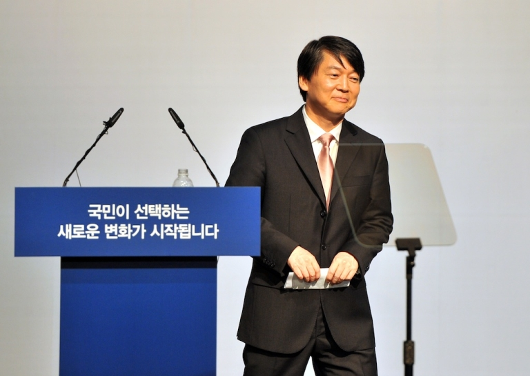 <p>South Korea's popular software mogul Ahn Cheol-Soo leaves after a press conference at the Salvation Army building in Seoul on September 19, 2012. Ahn declared his candidacy on September 19 for South Korea's presidential election, setting up a three-way race with a number of potentially game-changing permutations.</p>