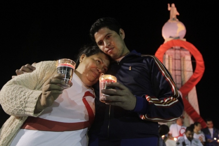 <p>Relatives participate in a march to commemorate World AIDS Day in San Salvador on December 1, 2011.</p>