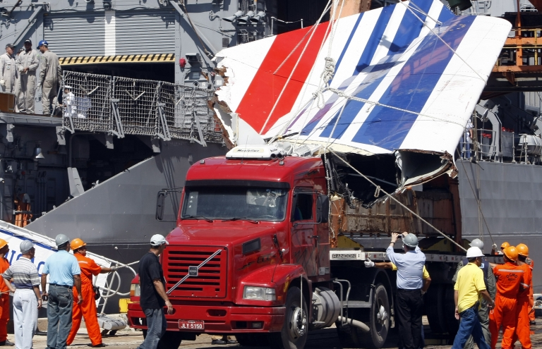 <p>The recovered tail fin of the Air France A330 aircraft lost in midflight over the Atlantic ocean June 1 is unloaded from Brazilian Navy frigate Constituicao at Recife's harbor June 14, 2009.</p>